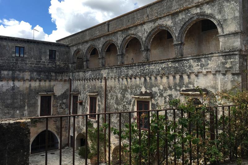 salento-puglia-italy-palazzo-bacile-courtyard